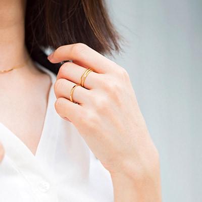 シンプルなリングを2本の指にコーディネート。さり気なく手元を華やかに。