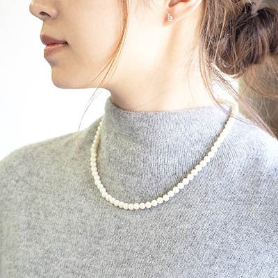 さらっと身につけるだけで上品コーデ。フォーマルなシーンも多いこの季節に重宝する、ガラスパールのネックレスです。