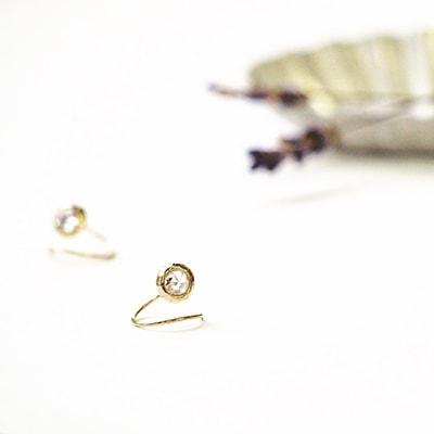 キュービックジルコニアをゴールドのフレームで囲んだシンプルなダブルピアス。長くご愛用いただける上品なアイテムです