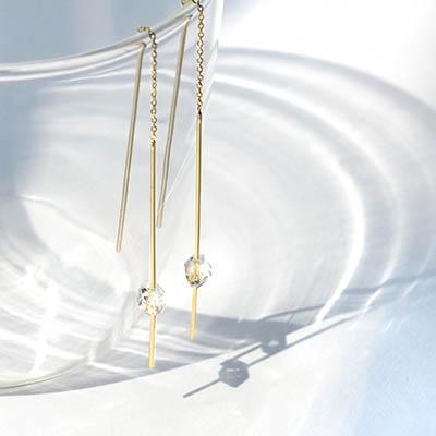 ゴールドのストレートラインが目を引く、モダンなデザイン。天然石ハーキマークォーツの素材感が楽しめるピアスです。
