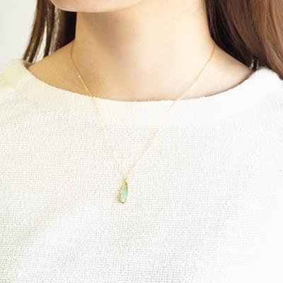 天然素材 シェルを使った季節限定のネックレス。シアー感のある柔らかいエメラルドグリーンが、春から夏のコーディネートに彩りをプラス