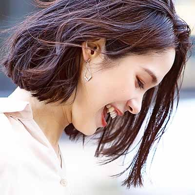 シャープなラインが印象的。シンプルながら存在感があり、耳元で揺れ感を楽しめるノンホールピアスです。