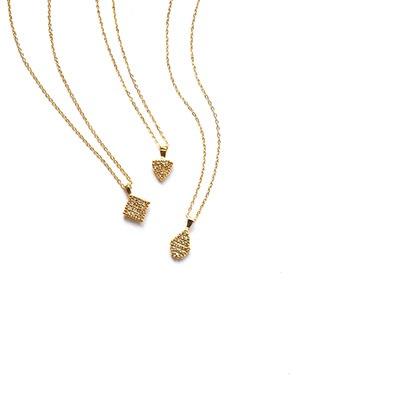 ジュエリータッチのネックレス。控えめなのに目を惹く、繊細なディテール。ひとつで仕上がる気品漂うアイテムです