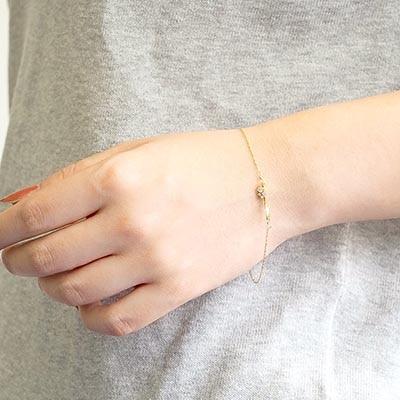 凛とした雰囲気漂うブレスレット。手元にひとさじの気品をプラス。