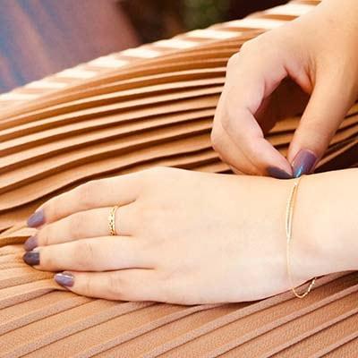 手元から女性らしい雰囲気を。シンプルなものを組み合わせて、品あるコーディネートへ。