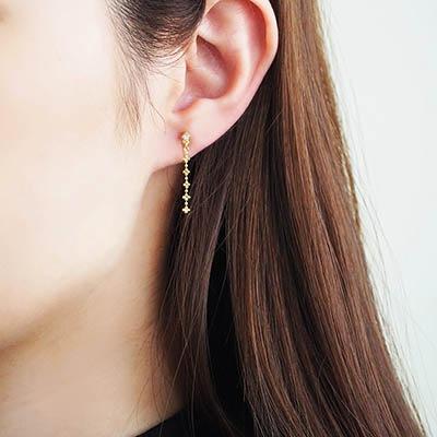 ループ状のバネの力で、滑りにくい構造のハイブリッドノンホールピアス。 煌めくボールチェーンを使ったデザインは、耳元を上品に彩り、大人の女性を演出します。 itamでしか手に入らない限定商品です。