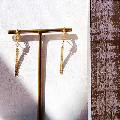 ゴールドのチェーンが煌びやかに揺れるタッセルデザインのノンホールピアス。妖艶なシルエットは女性らしさを際立たせ、アイキャッチ効果抜群