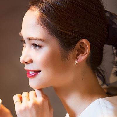 程よい存在感を放つダイヤモチーフ。顔まわりの印象をより女性らしく、華やかに際立たせる、大人女子にちょうどいい繊細な輝きが魅力。 itamでしか手に入らない限定商品です