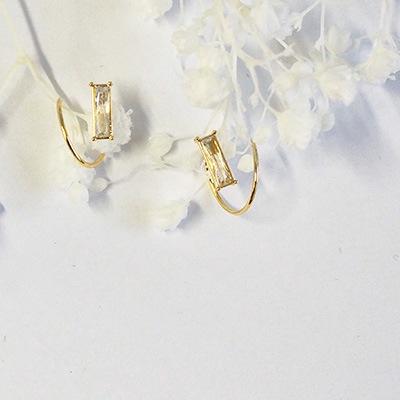 耳元のオシャレが広がります。1つのピアスホールで2つ着けている雰囲気を楽しめるダブルピアス。