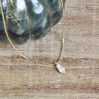 胸元のポイントに!キュービックジルコニアをあしらった上品なデザインのネックレス。