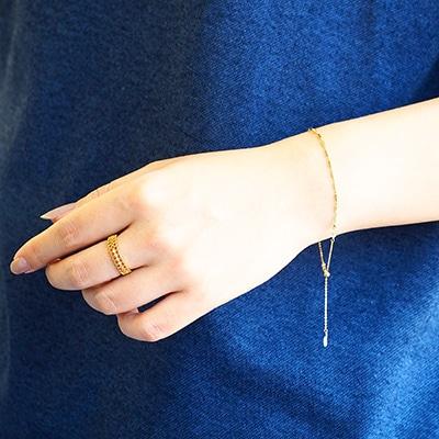 様々なシーンで合わせやすいシンプルなデザインのブレスレットと、一つでサマになる主役タイプのリング。手元に華やかさをプラスします。