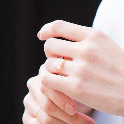 優雅な手元へと仕上げてくれる、パールリング。結婚式での重ねづけは、