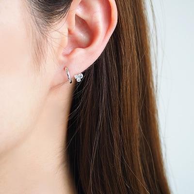 耳のラインに小さなストーンがついているように見えるノンホールピアス。初夏のコーデにプラスして上品で清潔感ある印象に♪