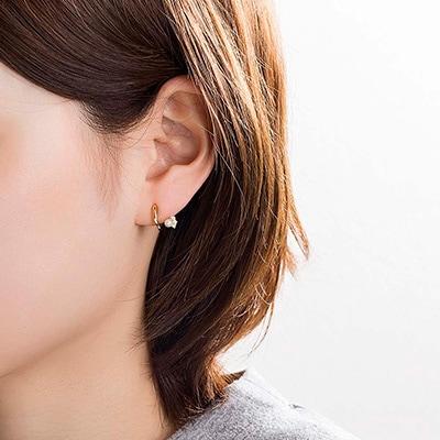 耳のラインに小さなストーンがついているように見えるノンホールピアス。パールとスワロフスキーの組み合わせが女性らしい柔らかい空気を演出♪