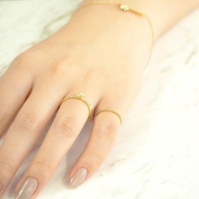 いつものリングにピンキーリングをプラス。華奢なアクセサリーの重ねづけで、手元を華やかに。
