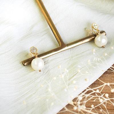 耳元で光るスワロフスキーと、小さく揺れるコットンパールの組み合わせが、上品なコーデを演出。結婚式などお呼ばれの席にもオススメです。