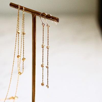 華奢なチェーンと小さなリングパーツの組み合わせ。スッキリとしたラインが魅力的な、上品さと華やかさを兼ね備えたアイテムです。