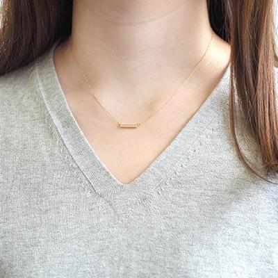 小粒なパールが並んだフェミニンなネックレス。華美にならない上品さがあり、お仕事コーデのワードローブに。
