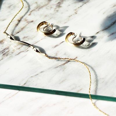 落ち着いた質感で肌馴染みが良いゴールドカラーのクリスタルループフィット。メタリックなネックレスと合わせて、トレンド感あるコーディネートへ♪