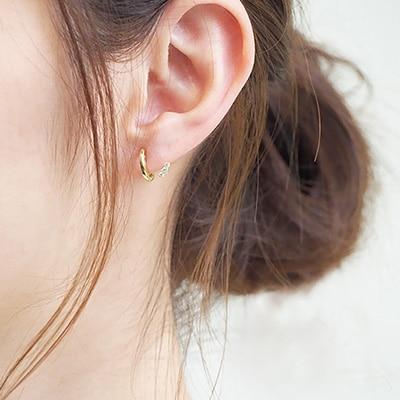 耳のラインに小さなストーンがついているように見えるノンホールピアス。キラリと光るパーツが覗き、遊び心あるデザインは、上品さを残しつつも、個性を感じる一品です♪