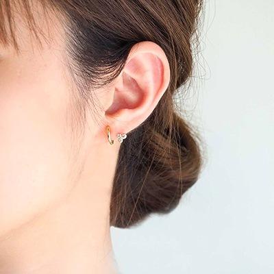 耳のラインにワンポイント♪小さなストーンが寄り添う、遊び心あるデザイン。日常のさりげないオシャレに。