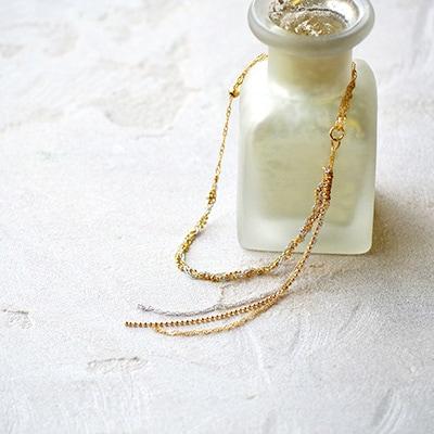 ゴールドとシルバーを組み合わせた華やかなタイプのブレスレット。デザインの異なるチェーンが表情豊かに演出します。