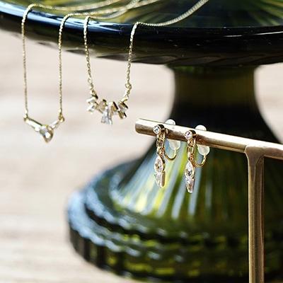 上品な雰囲気を醸すノンホールピアス 。キュービックジルコニアがさりげなく輝き、全体コーディネートをそつなく仕上げるベーシックな一品です。