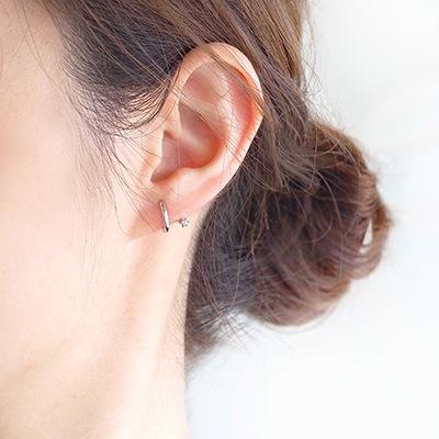 耳のラインにワンポイント!フープのサイドに小さなキュービックジルコニアをあしらった、遊び心あるデザインのノンホールピアス です。