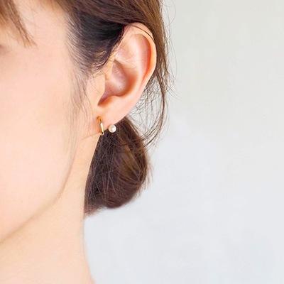小粒なパールが耳のラインからのぞくバックノンホール ピアス。上品な雰囲気を演出しつつも遊び心あるデザインです。