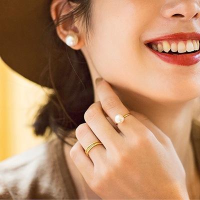 温もりある質感が魅力のコットンパール。ワンポイントとなるコットンパールのリングと、シンプルなゴールドカラーのリングを組み合わせ、手元を華やかに♪