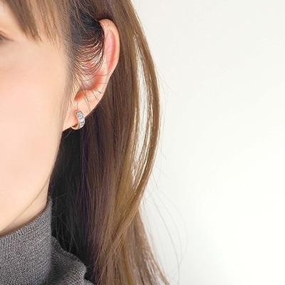 オータムカラーのファッションにしっとりと馴染む、シルバーアクセサリー。煌めくキュービックジルコニアの半円フープは、小ぶりながら耳元で存在感を放ちます。
