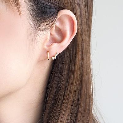 小粒なパールが耳のラインに寄り添った、遊び心あるデザインのノンホールピアス 。上品でありながら個性を表現できるitamの人気アイテムです。