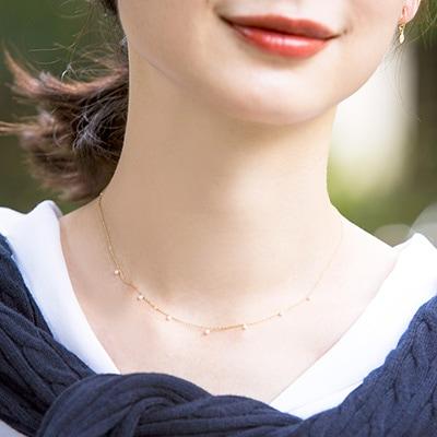 女性らしい華奢なパールが魅力のステーションネックレス。お仕事やカジュアルスタイルに合わせると、上品で可憐な雰囲気を演出します♪