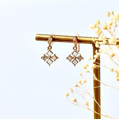 雪を思わせるシルエットがこれからの季節にぴったりなノンホールピアス 。秋冬コーデのマストアイテムに。