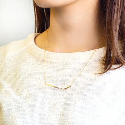 曲線を描くバーデザインのネックレス。シンプルな装いにプラスするだけで、こなれ感がUP。裏表で異なるメタリックな風合いとマットな質感が、この季節にぴったりの新商品です。