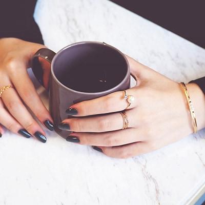 テイストの異なるリングを合わせた上級レイヤード♪人差し指や中指にテクスチャーが楽しめるリングをつけることで、他とは違った個性を感じさせるコーディネートに。