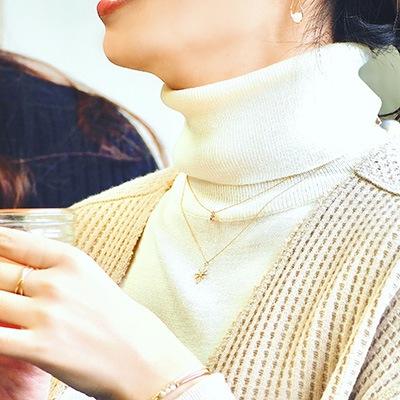 程よいサイズ感のネックレスを2本重ねづけ。こなれたコーディネートで、休日スタイルをアップデート♪