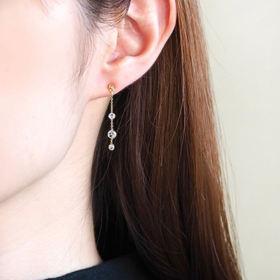 瑞々しく、透明感あるキュービックジルコニアが耳元で華麗に揺れる一品。上品でありながら華美にならず、カジュアルコーデにも好相性。今の季節にオススメのデザインです♪