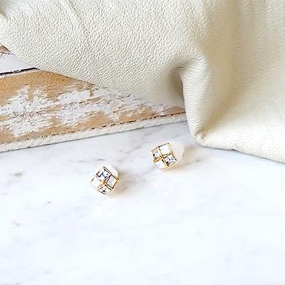 スワロフスキーと乳白色のストーンをあしらい、シンプルながらどこか優しさを感じさせる輝きが魅力。小振りで、知的な空気を兼ね備えたアイテムです。 コーデにきちんと感を演出したいときに。