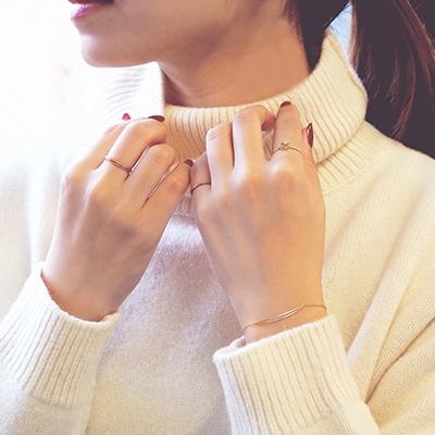 シンプルな白ニットに合わせて、華奢なアクセサリーで手元をコーディネート。 程よいアクセントが効いたデザインを重ね、さりげなくオシャレに。