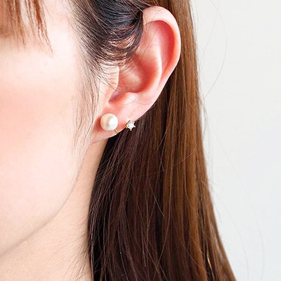 ベーシックな1粒パールに、ワンポイントのジルコニアが耳のラインから愛らしく光る、バックタイプのノンホールピアス