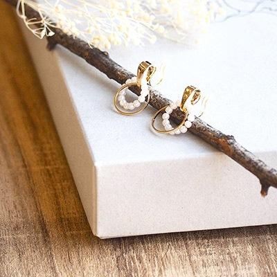 パールとゴールドのサークルを重ねた、軽やかでフェミニンなデザイン。