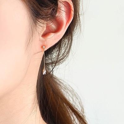 耳元でささやかに揺れ、華奢で気品あるアイテム。