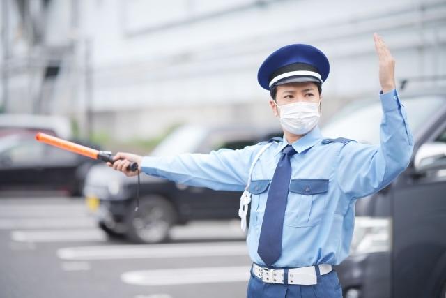 マスクをつけて働く男性