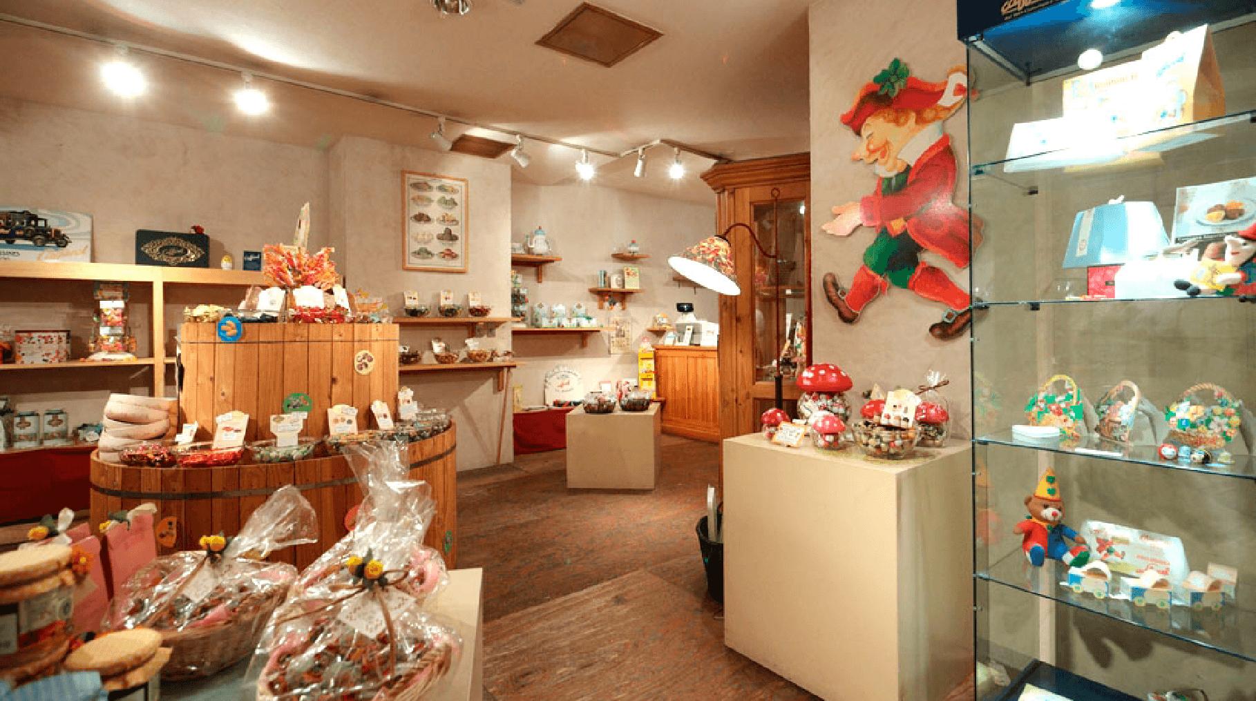 落ち着いた隠れ家のような店内では一粒から選べるイタリアトリノのチョコレートが豊富。