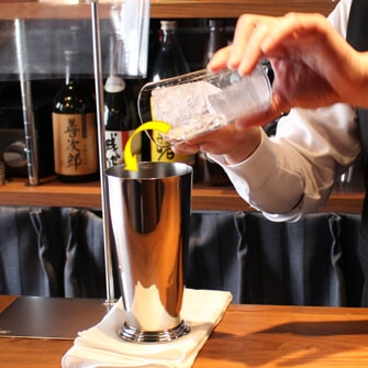 【作り方�】マドラーでステアして、グラスを冷やす (溶けた氷の水は捨てる)