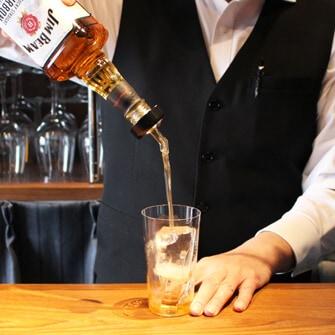 【作り方�】ウイスキーを適量注ぐ