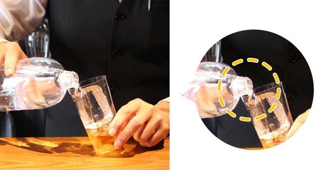 【作り方�】ソーダ—を注ぐ(ウイスキー・炭酸水の黄金比は!?)(氷に当てないようゆっくりと注ぐ)