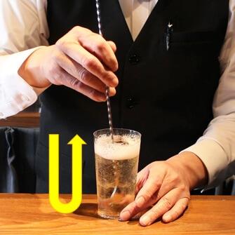 【作り方�】ソーダ—を注ぐ(ウイスキー・炭酸水の黄金比は!?)