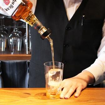 ボトル注ぎ口に装着して斜め45度に傾けて注ぐだけ。